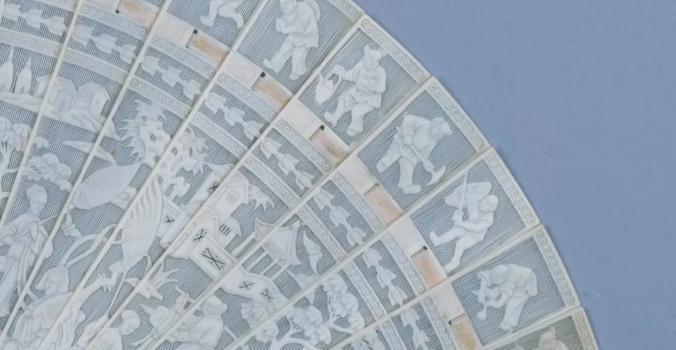 象牙劈丝透雕人物徽章纹折扇细节图.jpg