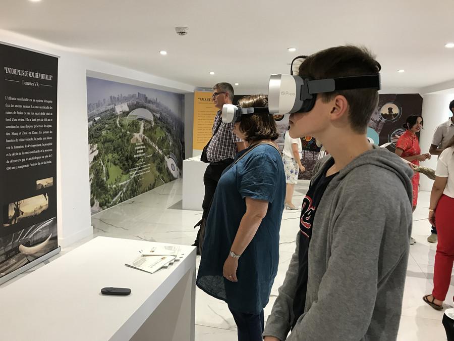 4 展览现场-观众使用互动设备.jpg